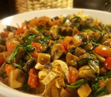 Proteinrik pasta med svamp, spenat och tomat